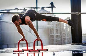 Planche on parallettes